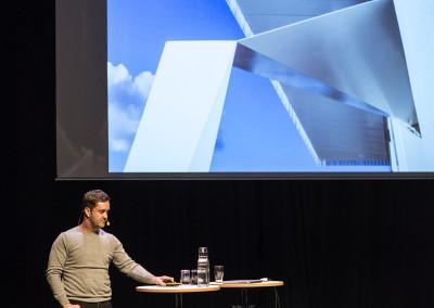 Carl-Fredrik Danielson från LINK Arkitektur föreläser om det PLÅTPRIS-vinnande projektet Skandionkliniken och hotel von Kraemer